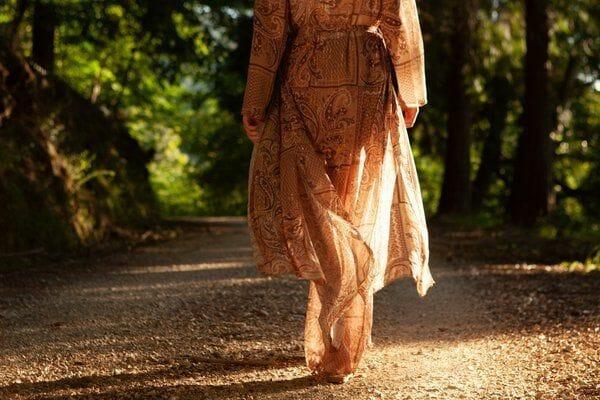 caminhar espiritual retiros e vivências mulher a caminhar em um bosque Inês Magalhães Cura Integrada